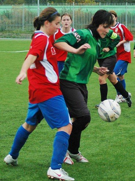 Obránkyně Tereza Fajfrlíková z Viktorie Plzeň (vlevo) bojuje o míč s útočnicí Jihlavy Barborou Pavelcovou v úterním předehrávaném utkání sedmého kola první fotbalové ligy žen.