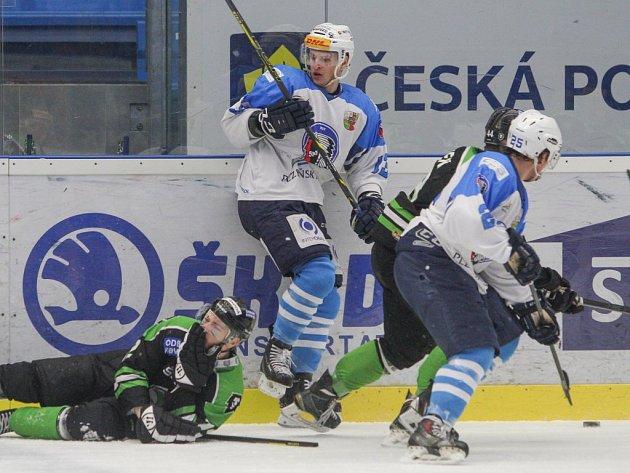Plzeňský útočník  Dominik Kubalík (uprostřed) si probíjí cestu k boleslavské brance ve čtvrtfinálové sérii extraligy  juniorů, akci vpravo sleduje kapitán Vojtěch Tulačka