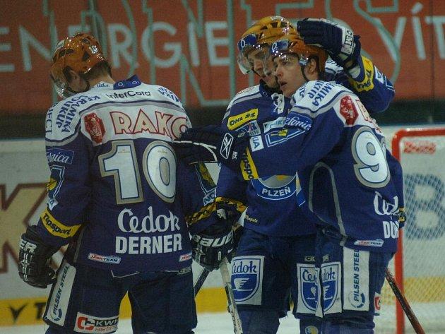 Dvakrát v této sezoně  hokejisté Plzně už Spartu porazili a  věří, že se  mohou  radovat i  potřetí,  jako na snímku (zleva)  Lukáš Derner, Petr Vampola a Michal Důras