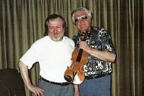 Světově věhlasný houslista Josef Suk při setkání s tvůrcem originální metody vylepšení zvuku nástrojů Jaroslavem Kloučkem (vlevo) v Praze