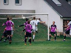Fotbalisté Železné Rudy (na snímku ve fialových dresech) o víkendu nenavázali na týden starou výhru 2:1 nad Sušicí B  (v bílém) a na půdě lubské rezervy prohráli vysoko 0:4.