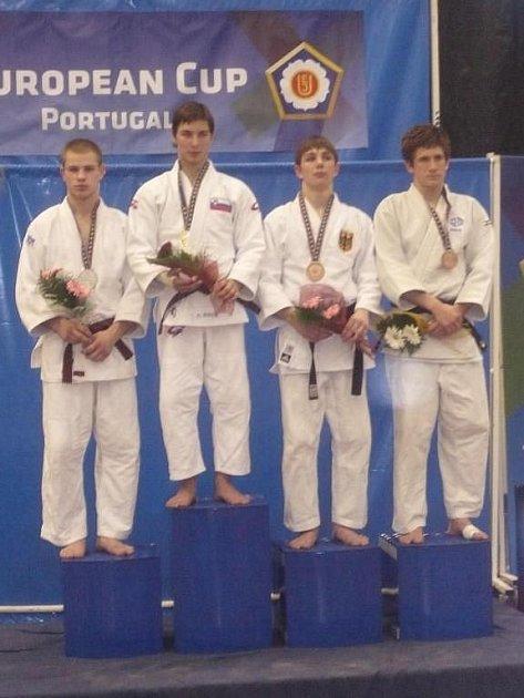 Pulkrábek vybojoval zlatou medaili ve váze do 55 kg a Dědeček (na snímku první zleva na stupních vítězů) skončil druhý ve váze do 66 kg