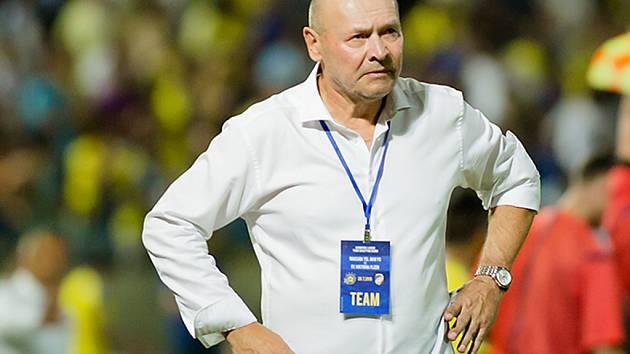 Trenér Koubek při utkání v Tel Avivu.