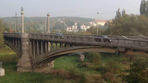 Secesní železobetonový most na Jateční
