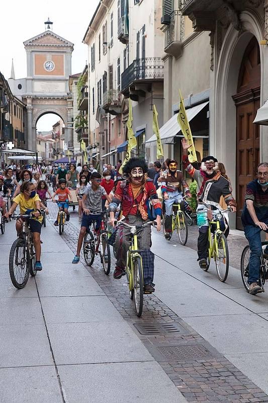 Čtyřiašedesát představení uvede v Plzni od 15. do 23. září 29. ročník mezinárodního festivalu Divadlo. Z Itálie dorazí Faber Teater s venkovním představením Šampion a komár, kterého se mohu zúčastnit diváci na bicyklech.