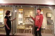 Ivana Hradská a Jan Walter, entomologové Západočeského muzea v Plzni, kteří připravili výstavu o křehké kráse motýlů, jež je k vidění do ledna příštího roku v Národopisném muzeu Plzeňska na náměstí Republiky v Plzni.