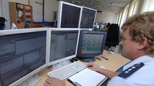Operační důstojník Jan Šamberger ukazuje, jak se spouští systém varování. Na monitoru se mu objeví například aktivní vysílače v kraji, které spustí sirény v dosahu