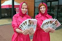 O očkování proti rakovině děložního čípku informují v těchto dnech před obchodním centrem Plaza růžově oděné hostesky. Ještě více informací o zákeřné nemoci získáte ve stanu za nimi, kde si o problému popovídáte u kávy