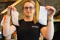 Povinnou účtenku ukazuje Lucie Šnebergrová z plzeňské restaurace Uctívaný velbloud