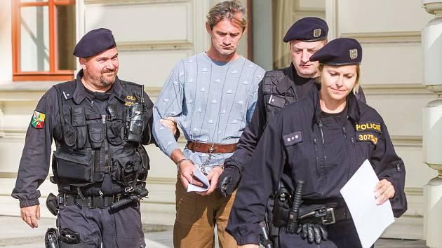 Sobotní hádka dvou bezdomovců na Roudné skončila vraždou. Pachatel se po hrůzném činu šel udat. Skončil ve vazbě