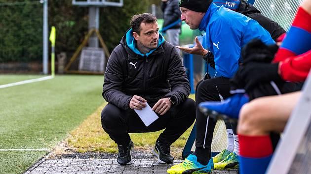 ONDŘEJ ŠIML (na snímku uprostřed) má v letošní sezoně na starosti dorostenecký výběr Plzně U16. Zároveň ale stále hraje i fotbal pro zábavu, když nastupuje v okresním přeboru za Mladotice.