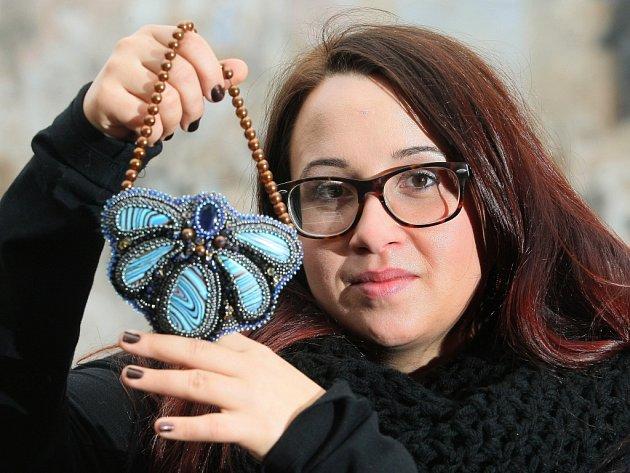 Náhrdelníky, náušnice, brože nebo náramky vznikají pod rukama Tamary Procházkové. Šperky z autorské dílny nazvané Tamarchi vyprávějí příběhy. Některé jsou inspirované divadelními hrami, jiné Blízkým východem
