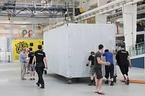 Kontejnery z auta dolů a na kolečkách převézt na místo. Novou expozici stěhovali zaměstnanci estonského science centra AHHAA