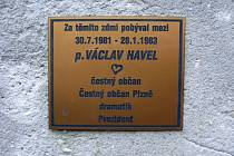 Pamětní deska věnována Václavu Havlovi na borské věznici dlouho nevydržela.