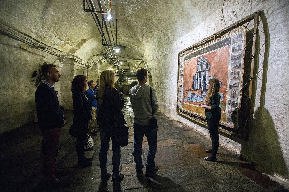 Turisté u mapy historických sklepů, které jsou dlouhé devět kilometrů.