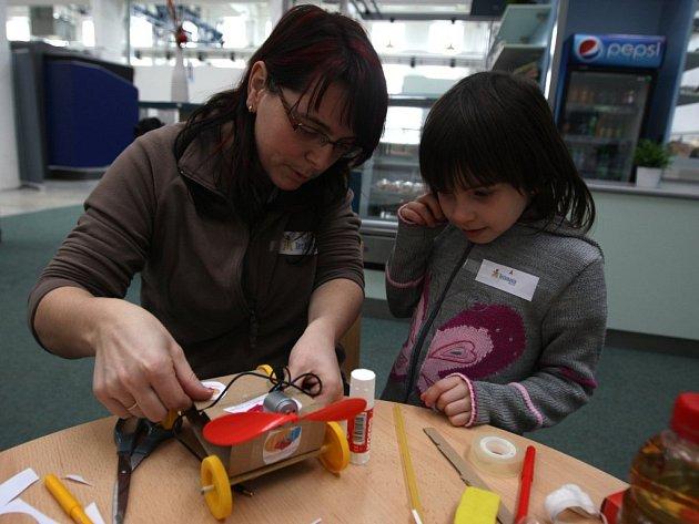 Sobotní workshop Dále a rychleji přilákal do plzeňské Techmanie děti a rodiče, kteří si společně vyrobili autíčko na bateriový pohon.