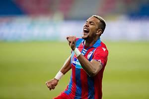 Francouzský útočník Plzně Jean-David Beauguel po vstřelení gólu do sítě Olomouce.