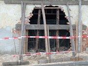 Osobní auto vjelo v Chlumčanech až do stodoly