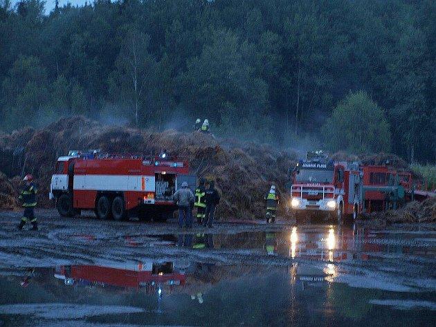 V Chodové Plané hořela ve čtvrtek večer shnilá sláma