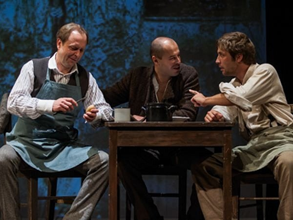 Ze zkoušek Flamendra, v němž hrají zleva:  Jakub Zindulka (Podhajský), Jan Maléř (Jan Sýkora) a Petr Konáš (Filip)