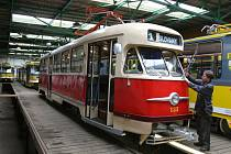 Historická tramvaj typu T2 ve vozovně.