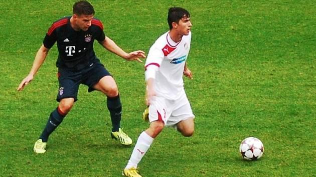 Miloš Kratochvíl z devatenáctky plzeňské Viktorie  sice na snímku uniká svému protihráči, jinak ale ve včerejším duelu Youth League měl navrch domácí Bayern