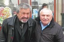František Plass (vlevo) v listopadu 2013 s fanouškem Viktorie Vincentem Vislaiem