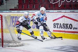 Plzeňský útočník Jakub Pour táhne akci v úvodním derby sezony, které Škodovka v Karlových Varech prohrála 0:1.