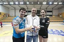 Zdeněk Hejduk (uprostřed) s Petrem Vinkelhöferem a Denisou Franzovou při loňském házenkářském charitativním utkání mezi Talentem Plzeň a ženami DHC Plzeň.