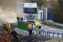 Most přes Kucínský potok už je hotový a silničáři na něj opět pustili dopravu proudící zPřeštic do Nepomuku a v opačném směru. V jeho okolí se ovšem ještě pracuje. Demolice původního mostu a stavba tohoto nového vyšla na  13 milionů korun.