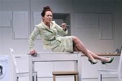 29. 8. od 19:00 Simona Stašová (snímek uprostřed) v one woman show Shirley Valentine