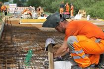 Práce mezi Nepomukem a Přešticemi začaly už v dubnu. Nyní stavbaři pracují na mostu u Kokořova (na snímku)
