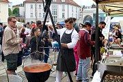 Festival polévky na nádvoří plzeňského pivovaru Prazdroj. Stovky návštěvníků mohli ochutnat tradiční i exotické polévky.