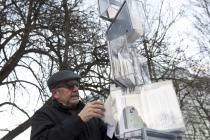 Pomník Chartě 77. Prozatímně je umístěn v Praze 6, o jeho dalším osudu se stále  jedná