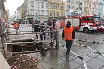 Na náměstí Republiky v Plzni prasklo vodovodní potrubí