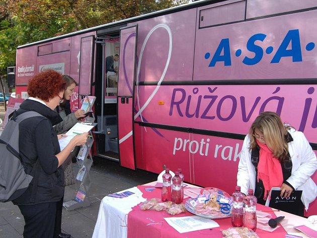 Růžový autobus zavítal 19. září i do Plzně
