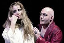 Katja Beer v titulní roli a Václav Málek jako Herodes v nové inscenaci Straussovy opery Salome v Divadle J. K. Tyla v Plzni. Oba vystoupili jako hosté při sobotní premiéře na scéně plzeňského Velkého divadla