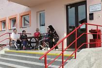 Klienti domova seniorů a S.O.S. penzionu během odpoledního posezení. Pro hůře pohyblivé lidi představují schody problém. To se má ovšem brzy změnit díky nájezdové rampě