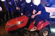 Zahradním traktůrkem jezdil mladý muž po městě. Strážníci ho zastavili na Americké třídě.