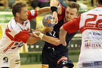 JDOU DÁL. Házenkáři Plzně postoupili přes Bolzano do druhého kvalifikačního kola Poháru EHF. Na snímku bojuje s obranou italského týmu plzeňský Michal Tonar (v tmavém dresu).