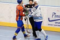 Hokejbalisté Plzně doma nestačili na pražský Kert Park. Na snímku uklidňuje rozhodčí rozvášněné kohouty Petra Dulavu z Kertu (vlevo) a Stanislava Valentu z Plzně.