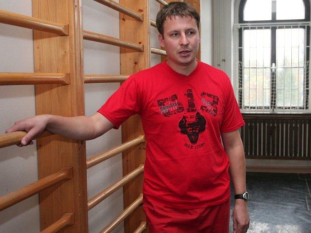 Marek Černý učí v Plzni na dvou školách. Nedávno se mu podařilo omylem přenést třídní knihu z jedné školy do druhé.  A bylo zle.