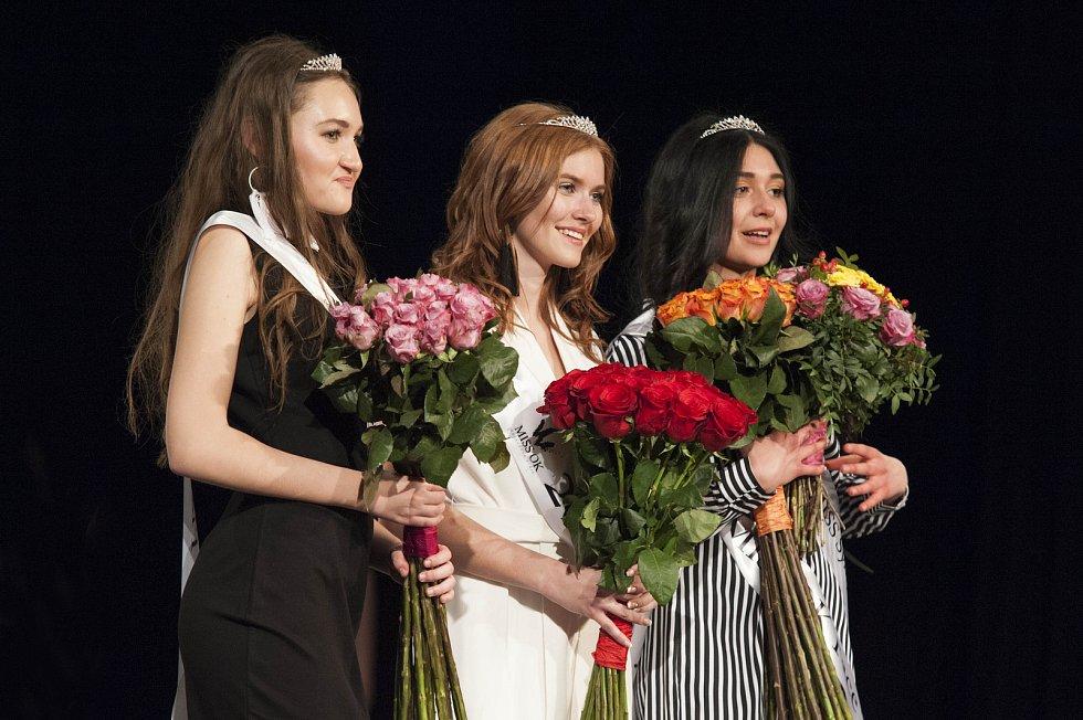 Zleva druhá vicemiss Veronika Veličková, Miss OK 2019 Denisa Ryndová a první vicemiss Samantha Janet Moreno