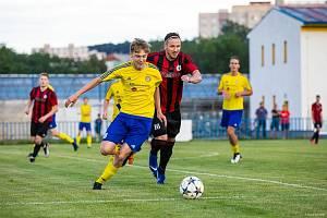 TALENT DOUBRAVKY Tadeáš Drtil (na snímku hráč ve žlutém dresu) v zápase mužského áčka.