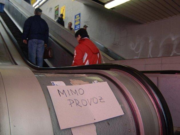 Nefungující eskalátory v podchodu na Americké třídě v Plzni