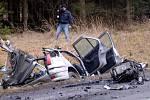 Tři mrtvé a jednoho zraněného si vyžádal včerejší střet nákladního a osobního auta nedaleko Rokycan. Lidé ve zcela zdemolovaném a na kusy roztrhaném peugeotu neměli šanci na přežití