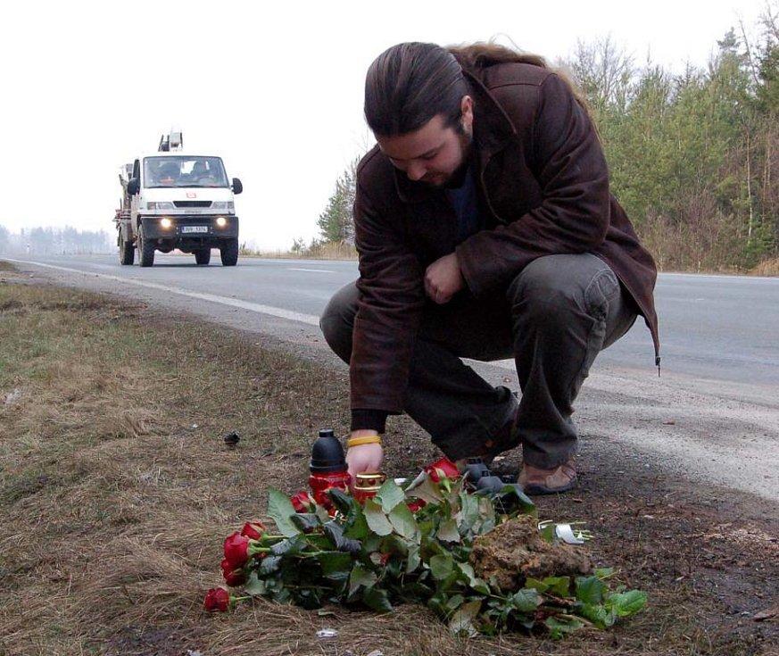 Na místě tragické kolize osobního vozu s neovladatelným náklaďákem na silnici mezi Rokycany a Šťáhlavy, při níž vyhasly tři životy, stále hoří svíčky. Jednu zde zapálil i Filip Beránek