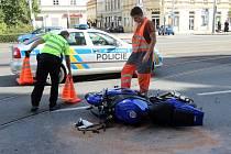Nehoda motocyklu s chodkyní v sadech Pětatřicátníků v Plzni.