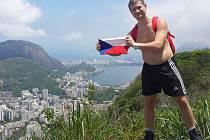 Plzeňan si s sebou všude vozil malou vlajku České republiky, s níž se fotil, tento snímek vznikl nad brazilským městem Rio de Janeiro. Teploty se tu v těchto měsících pohybují kolem 35 stupňů, Radim Bílek se stihl během pobytu i spálit