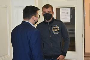 Ondřej Bencze a Mykola Khudetskyi (v mikině) u plzeňského soudu.